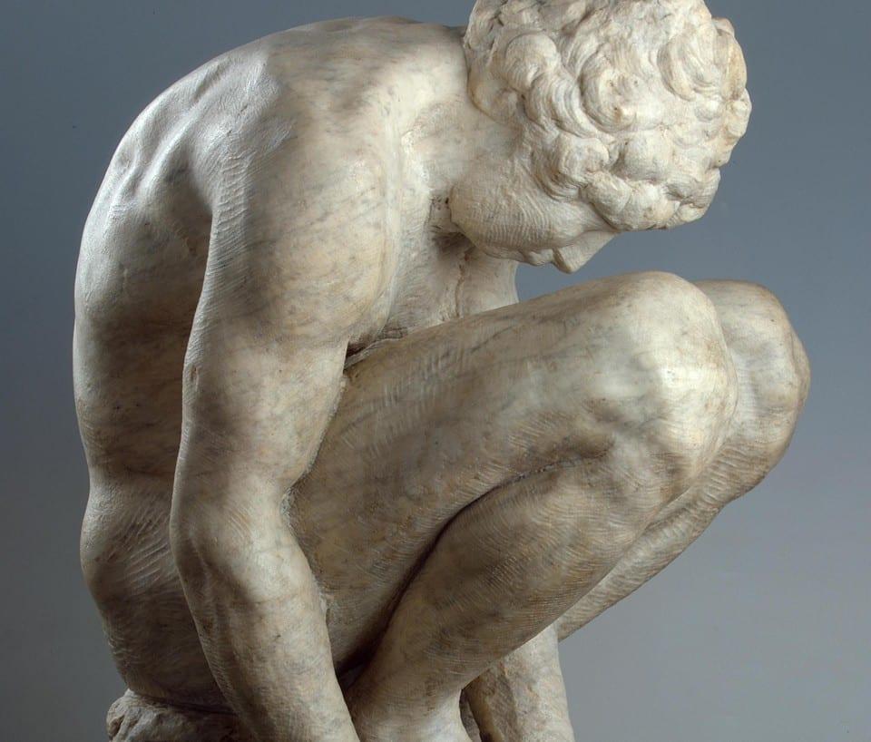 Скульптура «Скорчившийся мальчик»