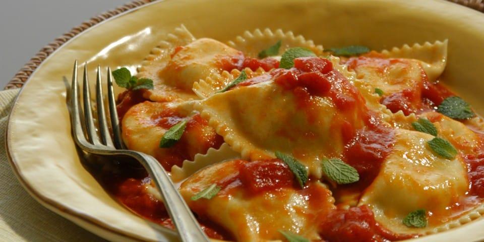Паста «равиоли амари», начиненную сыром рикотта и мятой