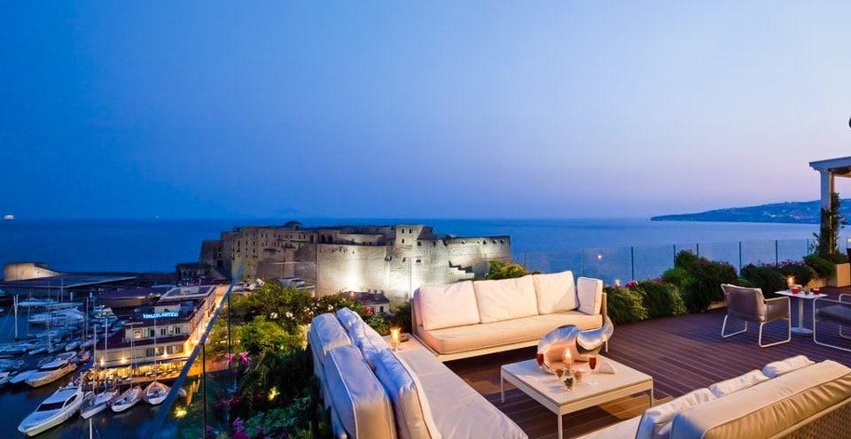 Отель на берегу моря в Неаполе Grand Hotel Vesuvio