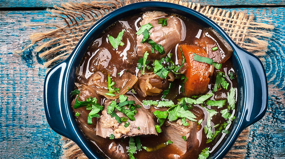 carne in umido - кусочки мяса маринованные в вине