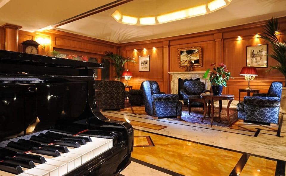 Отель Hotel Manzoni 4 звезды в квартале шоппинга в Милане