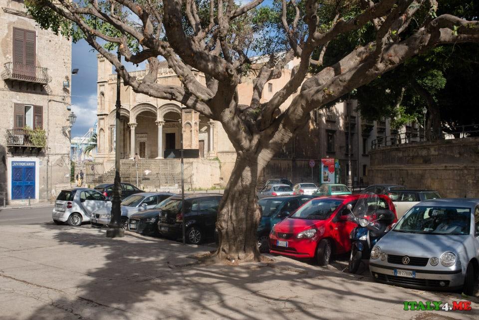 Парковка в городе Палермо на Сицилии