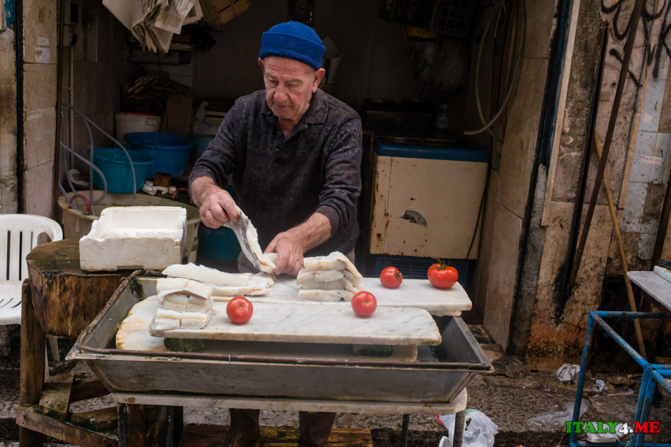 Торговец свежей рыбой в городе Палермо