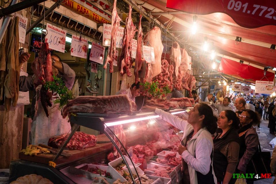 Продуктовый рынок в городе Палермо, Италия