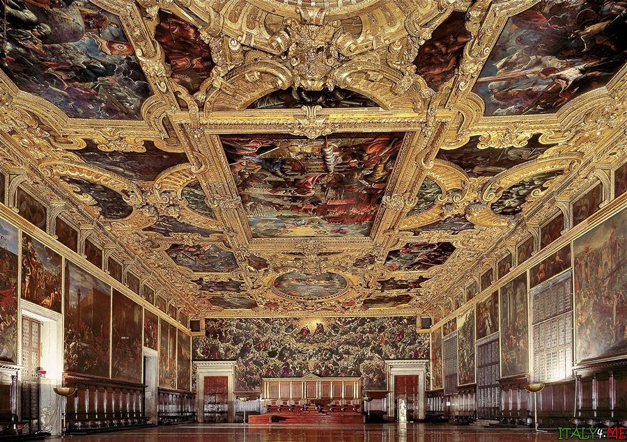 Внутри дворца Дожей в Венеции