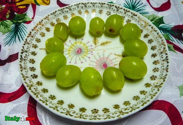 двенадцать виноградин