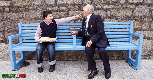 дедушка итальянец и молодой парень