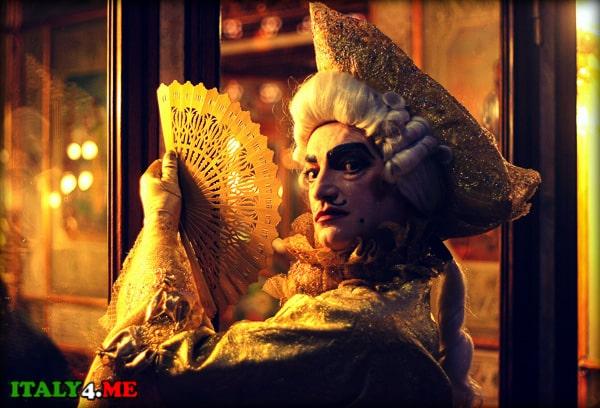 карнавал Венеция человек в маске