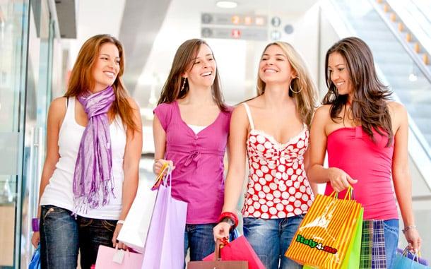 девушки подружки на шоппинге в Милане