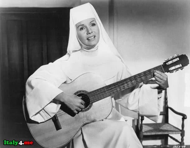 итальянская монахиня играющая на гитаре