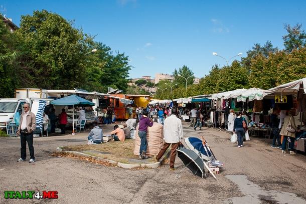 торговцы зонтами на рынке в Тиволи