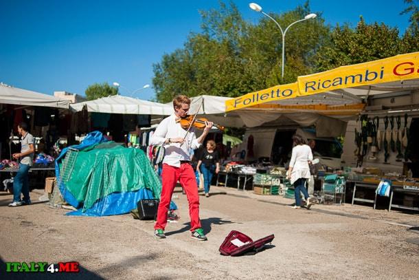 рынок в Тиволи музыкант скрипач