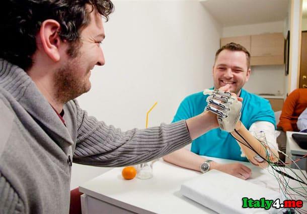 искусственная рука рукопожатие