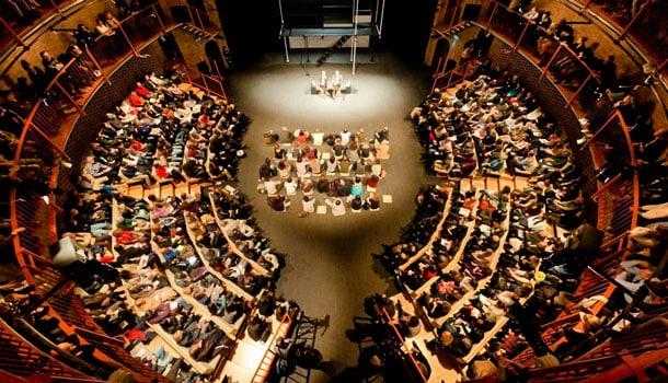 вид сверху на зал театра в Милане