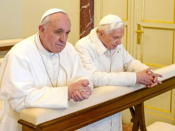 два папы римских Франциск и Бенедикт за молитвой