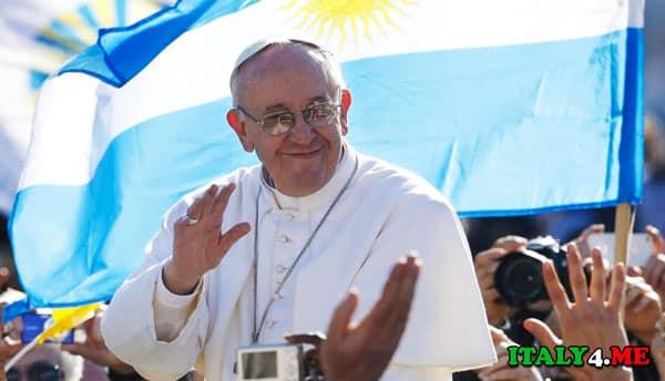 папа римский Франциск на фоне флага Аргентины