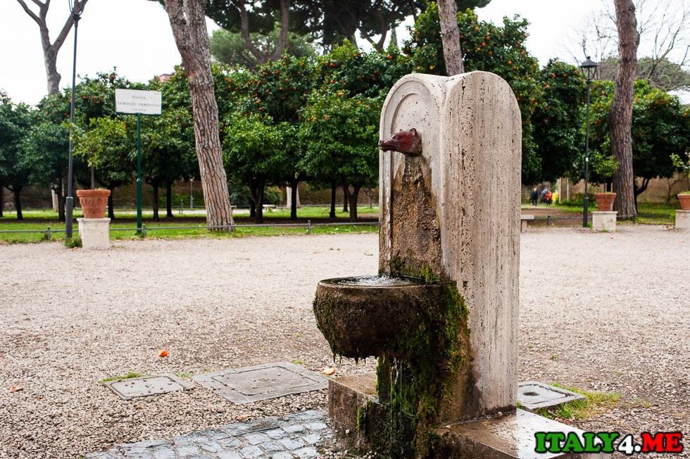 римский фонтан с питьевой водой
