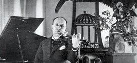 Муссолини играющий на скрипке