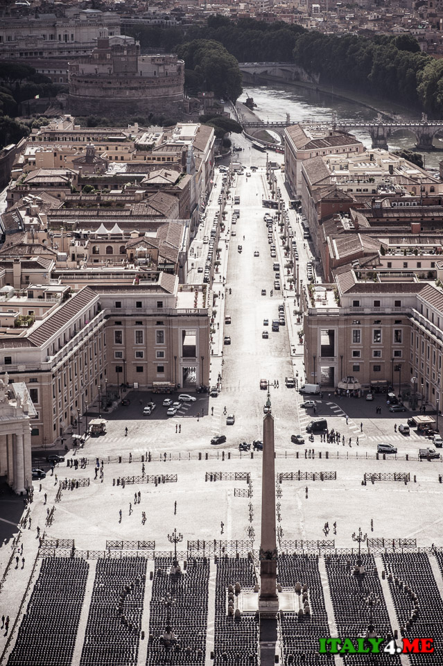 Вид на замок святого Ангела с купола собора святого Петра в Ватикане