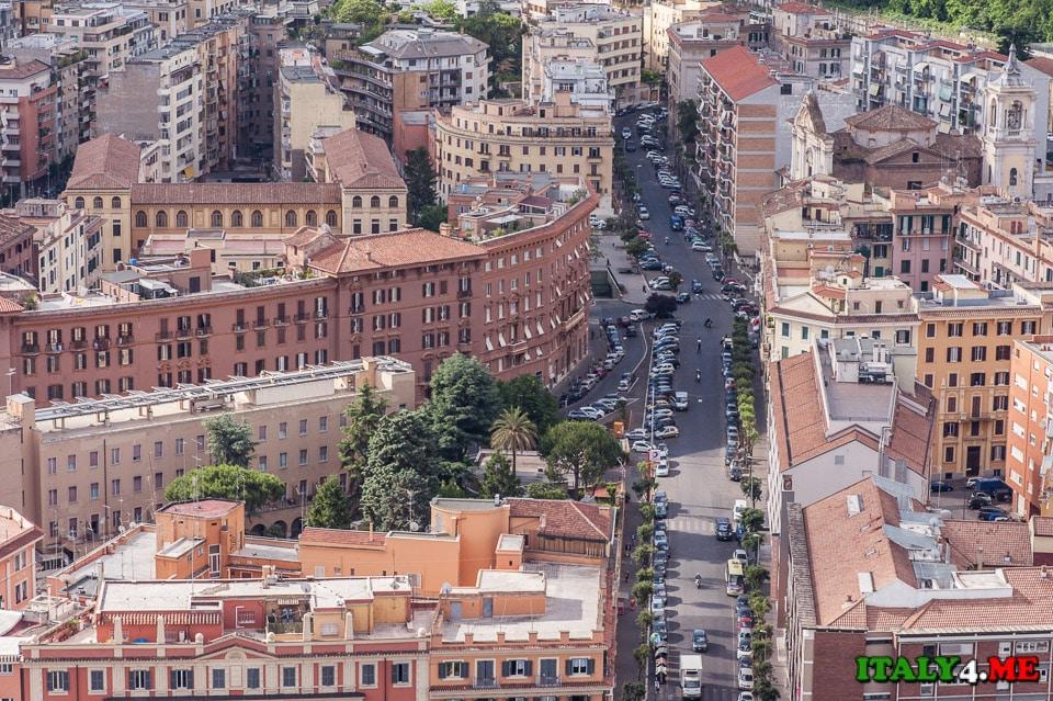 Вид на улицы Рима с купола собора святого Петра в Ватикане