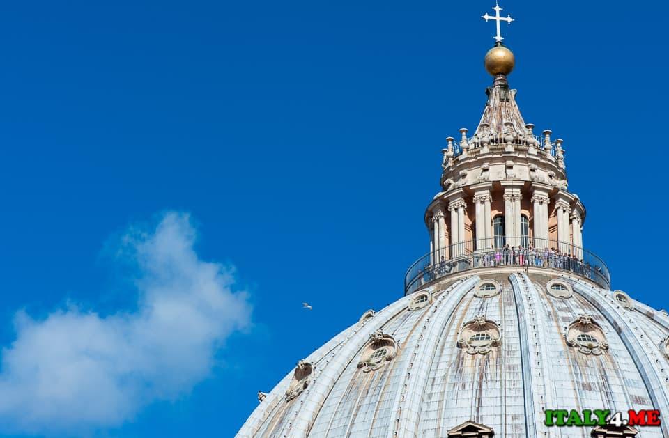 Туристы на куполе собора святого Петра