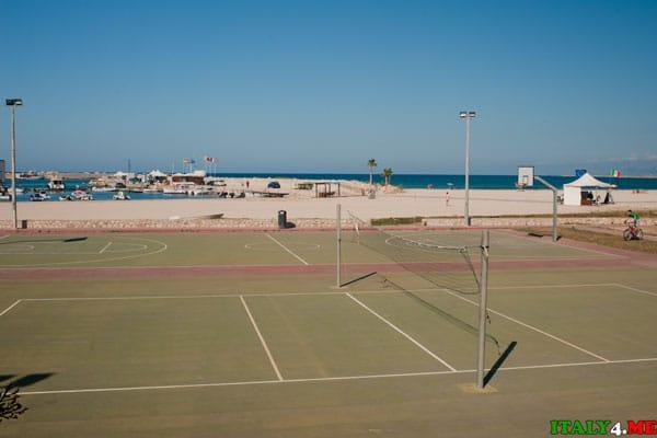Спортивная волейбольная и баскетбольная площадка на пляже Сан-Вито-ло-Капо