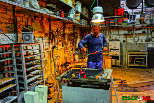 изготовление муранского стекла в мастерской