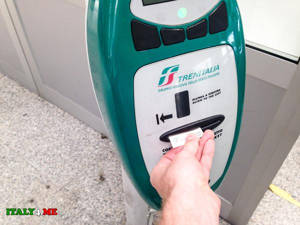 компостирование-железнодорожных-билетов-перед-посадкой-в-поезд-в-Италии