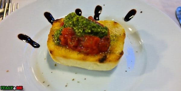 брускеты с пасатой из свежих помидоров и соусом песто