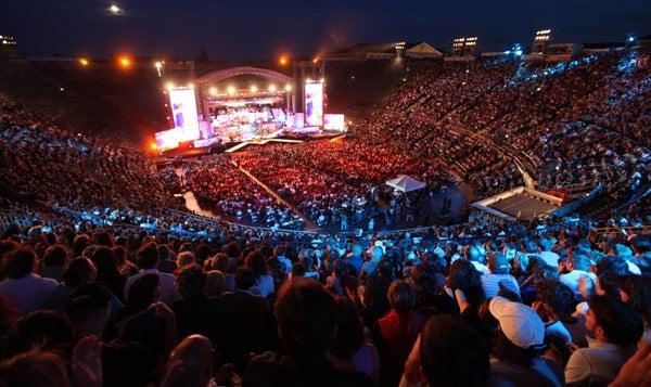 зрители на опере в Арена ди Верона