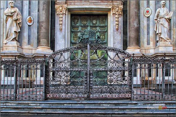 Главный вход в собор святой Агаты украшен 32 деревянными панелями