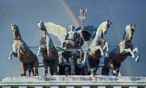 квадрига на крыше дворца правосудия в Риме