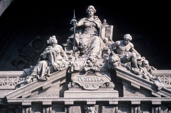 фасад дворца правосудия в Риме