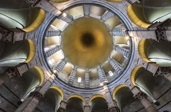Внутреннее пространство баптистерия в Пизе