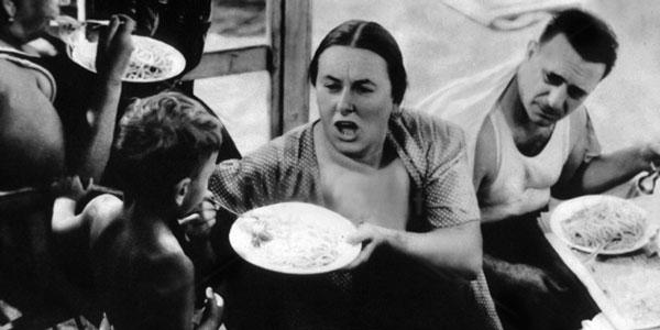 итальянка кормит сына пастой