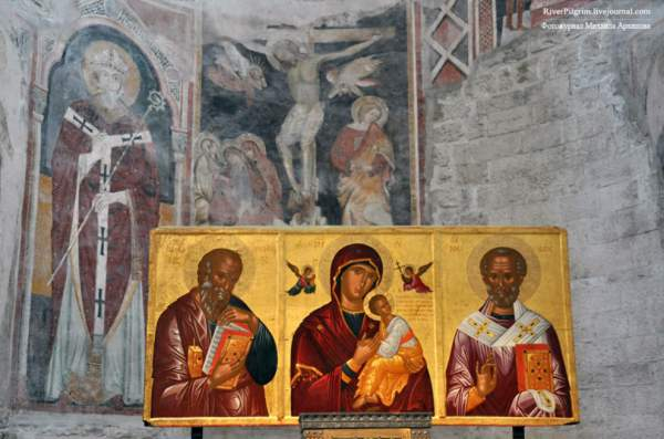 Иконостас в храме св. Николаю Чудотворцу в Бари