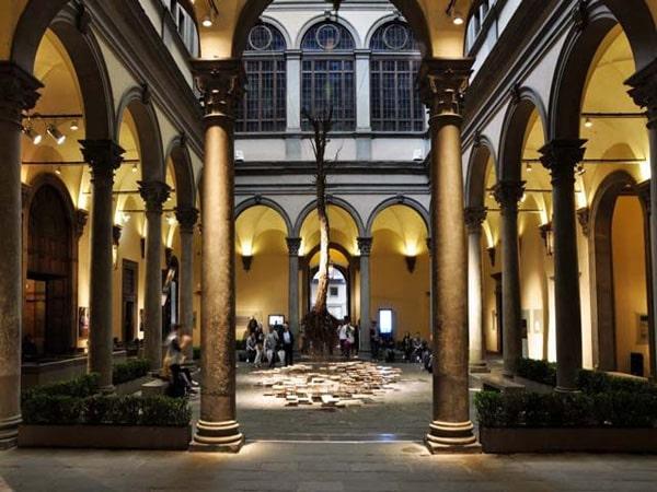 Флоренция - Палаццо Строцци - инсталляция во внутреннем дворе