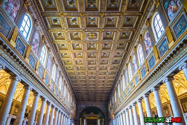 Деревянные потолочные панели церкви Санта-Мария-Маджоре покрыты золотом