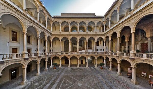 Внутренний двор палаццо Нормани