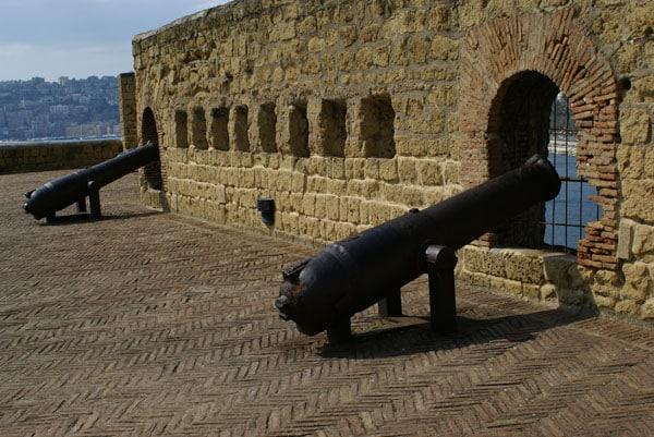 Кастель-дель-Ово - фортификационные соружения