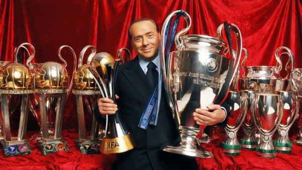 Берлускони с трофеями и кубками клуба Милан