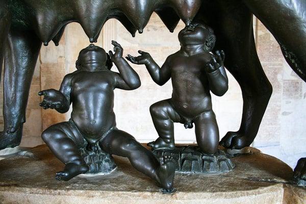 статуя волчица кормит Ромула и Рема