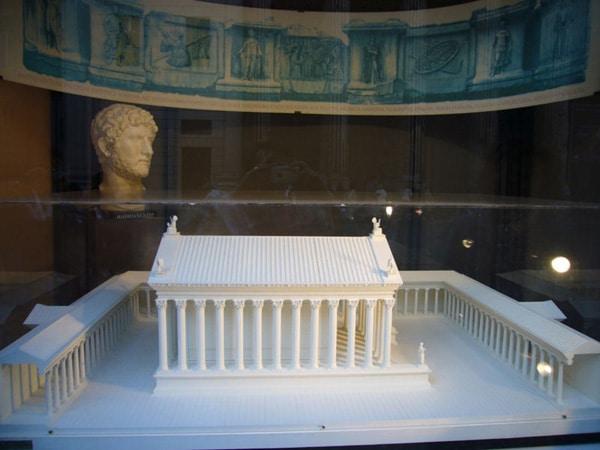 Марсово поле - Храм Адриана