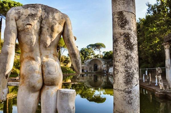 статуи и пруд на вилле Адриана в Тиволи