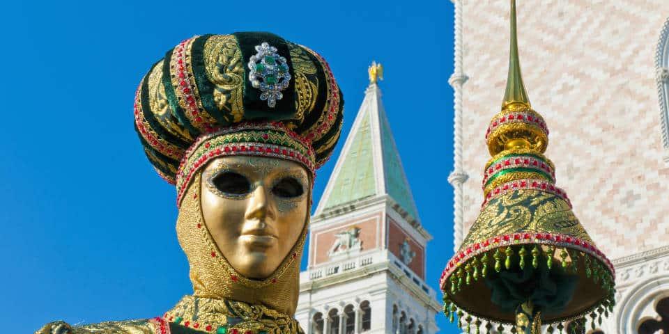 Яркие маски на карнавале в Венеции