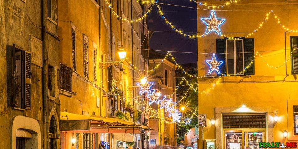 Новогодние огни и украшения в римском районе Трастевере