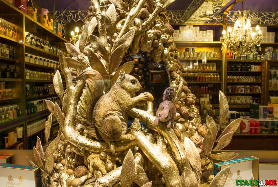 Витрина сувенирного магазина в районе Трастевере
