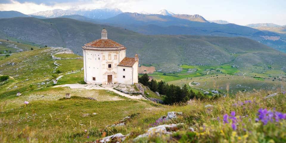 Церковь у замка Rocca Calascio