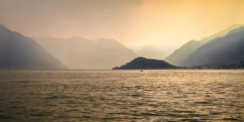 Закат на озере Комо в Италии