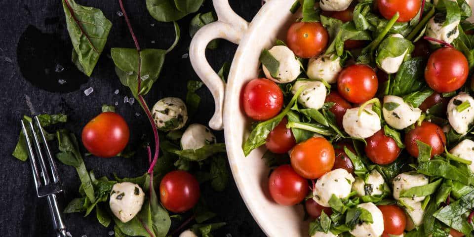 Легкий салат с моцареллой и помидорами